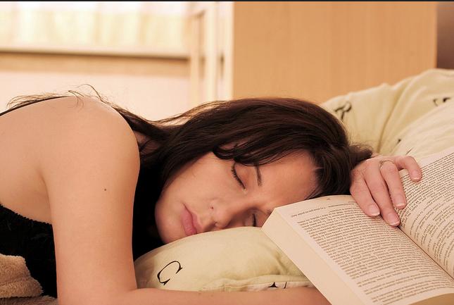 Cómo evitar el sueño mientras estoy leyendo